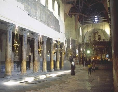 Intérieur de la Basilique. Les colonnes de gauche, recouvertes par les croisés de peintures, aujourd'hui difficilement lisibles.