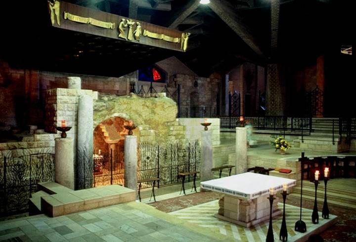 Du niveau médian, le regard plonge par une large ouverture octogonale sur le niveau inférieur. Au centre un espace a été aménagé pour les liturgies de pélerinage dans les assises basses du coeur de l'époque byzantine.