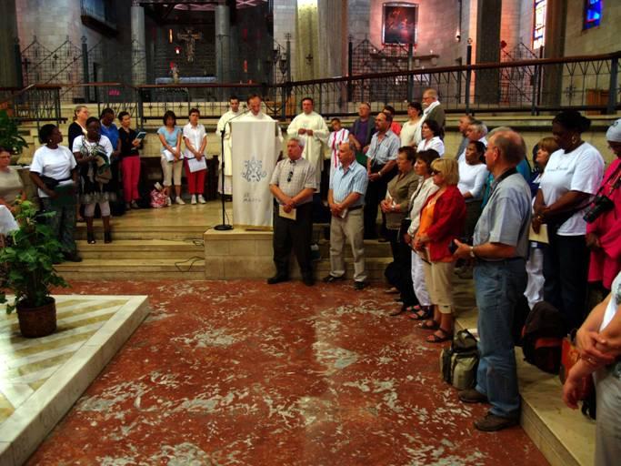 Les pélerins d'aujourd'hui siègent dans l'espace occupé jadis par le presbytérium comme nous le voyons ici.