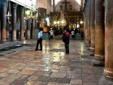 La nef centrale. Au fond, l'iconostase géante précédée par des lampes et des lustres innombrables selon l'habitude des Eglises d'Orient. Au centre et sur la gauche on retrouve les regards sur les mosaïques.