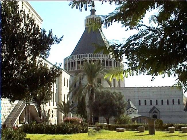 Autre vue de la façade nord de la Basilique prise du jardins des Pères Franciscains. Sur sa gauche la façade du couvent.