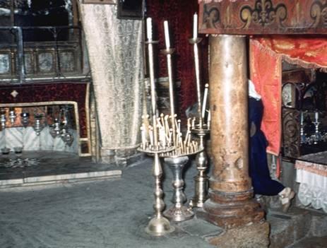 La tradition populaire n'a voulu oublier aucun des lieux de l'évènement de la Nativité. On a donc fixé et le lieu de l'accouchement ( à gauche ) et le lieu de la mangeoire ( coin à droite ).