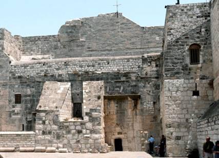 Façade de la Basilique. On remarque au centre la corniche byzantine et la porte médiévale.