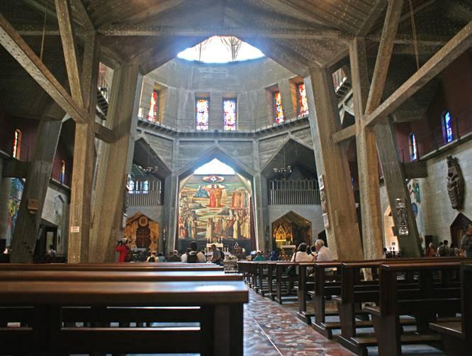 La Basilique moderne reprend globalement le plan de la Basilique des Croisés dont un des murs est récupéré dans le niveau médian. Au niveau supérieur, l'architecture se développe en un vaste rectangle de 3 nefs parallèles ouvert au nord sur le niveau inf.