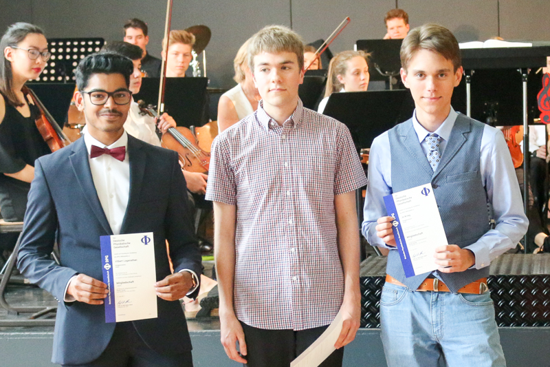 Abitur 2017 – v. l.: Vilbert Loganathan, Jo Krieg, Lukas Glaser, alle LK