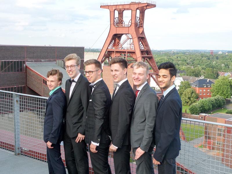 Abitur 2016 – v. l.: Lukas Cronin, Fabian Welker (Buchpreis), Tizian van Lier (Buchpreis), Johannes Kläsener, Timo Spors, Shkeeb Sayed (Buchpreis)