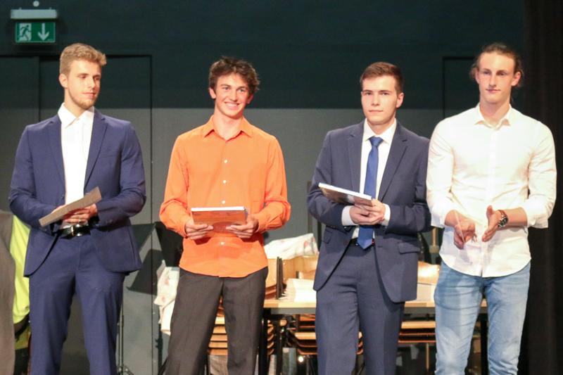 Abitur 2018 – v. l.: Salem Rezik, August Burg (Buchpreis), Bilal Hawashin (Buchpreis), alle LK, Jan Sterk, GK