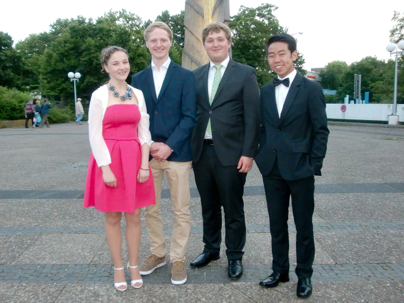 Abitur 2015 – v. l.: Ida Hülsbusch, Paul Freden, Jan Grobe (Buchpreis), Johannes Bao, alle LK