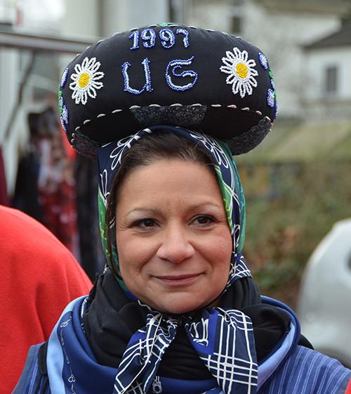 """Helena Mazerova hat sich den Einkaufskorb gleich auf dem Kopf mitgebracht – als Solinger """"Liewerfrau""""."""