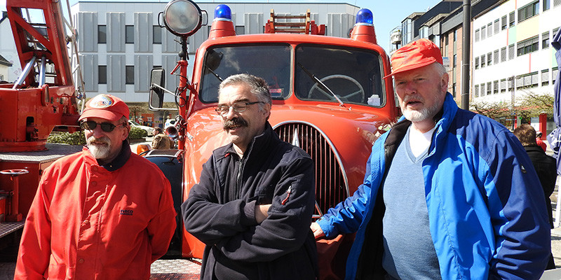 Fahrzeuge wie Besatzung sind ein wenig in die Jahre gekommen, aber durchaus noch robust und theoretisch einsatzfähig. Allerdings muss bei den Oldtimer-Freunden nicht immer alles schnelle gehen wie bei der Feuerwehr ...