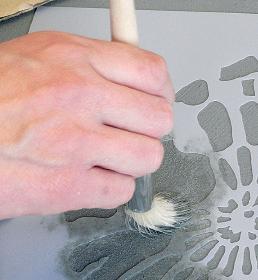 auftupfen der Farbe mit Schablonierpinsel
