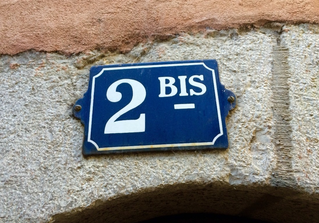 Et voilà l'enseigne du gite AU 2BIS... [Apartment located in the old town of Annecy]