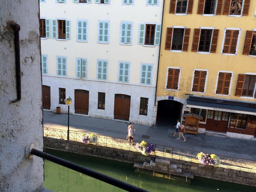La vraie télé... vue sur le Thiou ! [Superb views of the docks of the Thiou River]