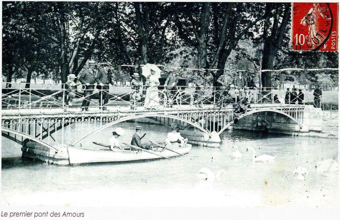 Cette passerelle date de 1859 ; le pont des Amours actuel est inauguré en 1907   (Annecy Mémoire 1860-1918)