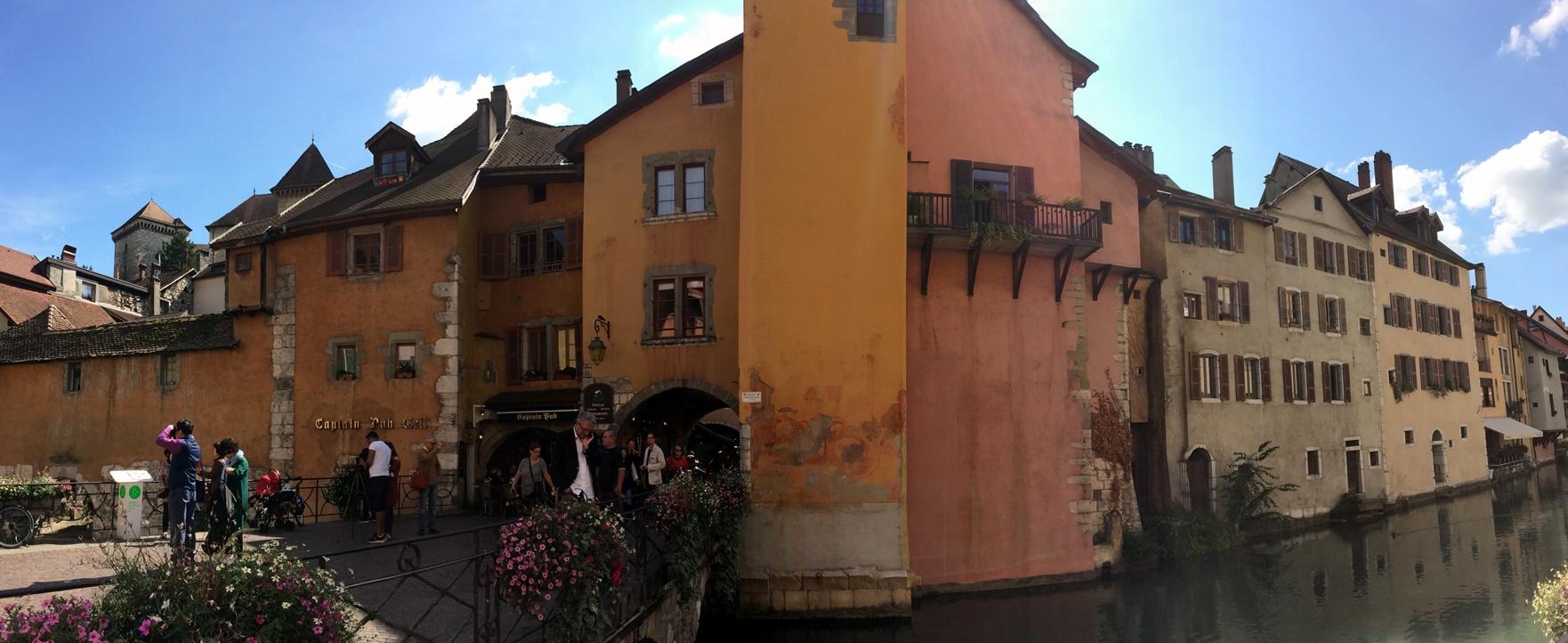 Votre gîte urbain se situe dans les vieux quartiers d'Annecy