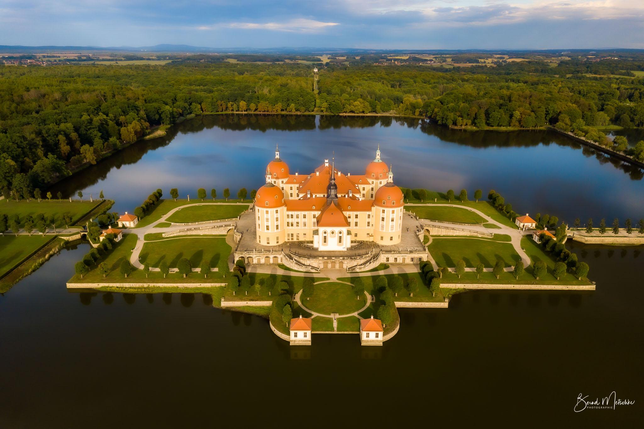 Blick von oben auf Schloss Moritzburg