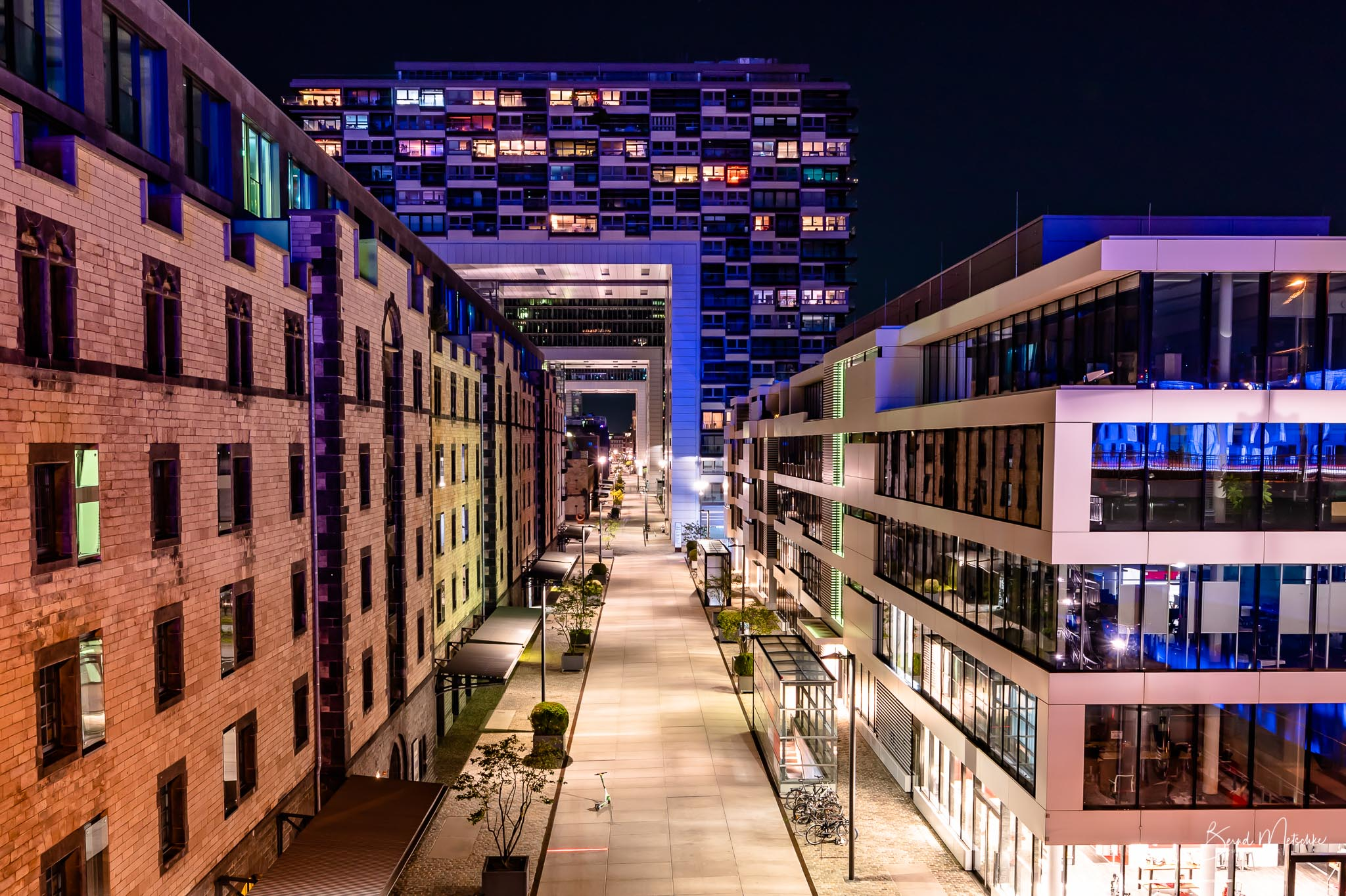 Die Kranhäuser im Kölner Rheinauhafen sind drei moderne Gebäude am Abend.
