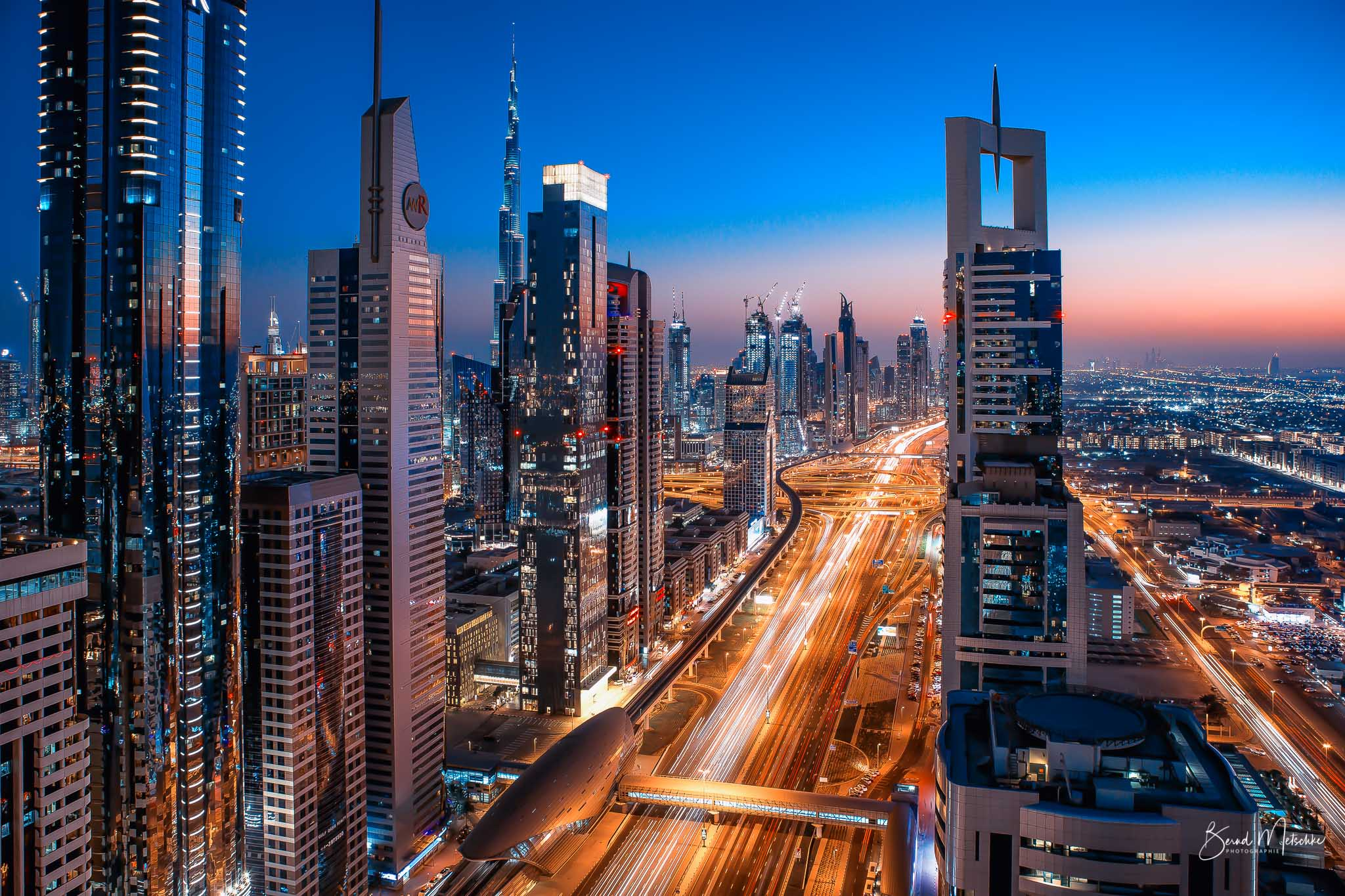 Sheikh Zayed Road am Abend
