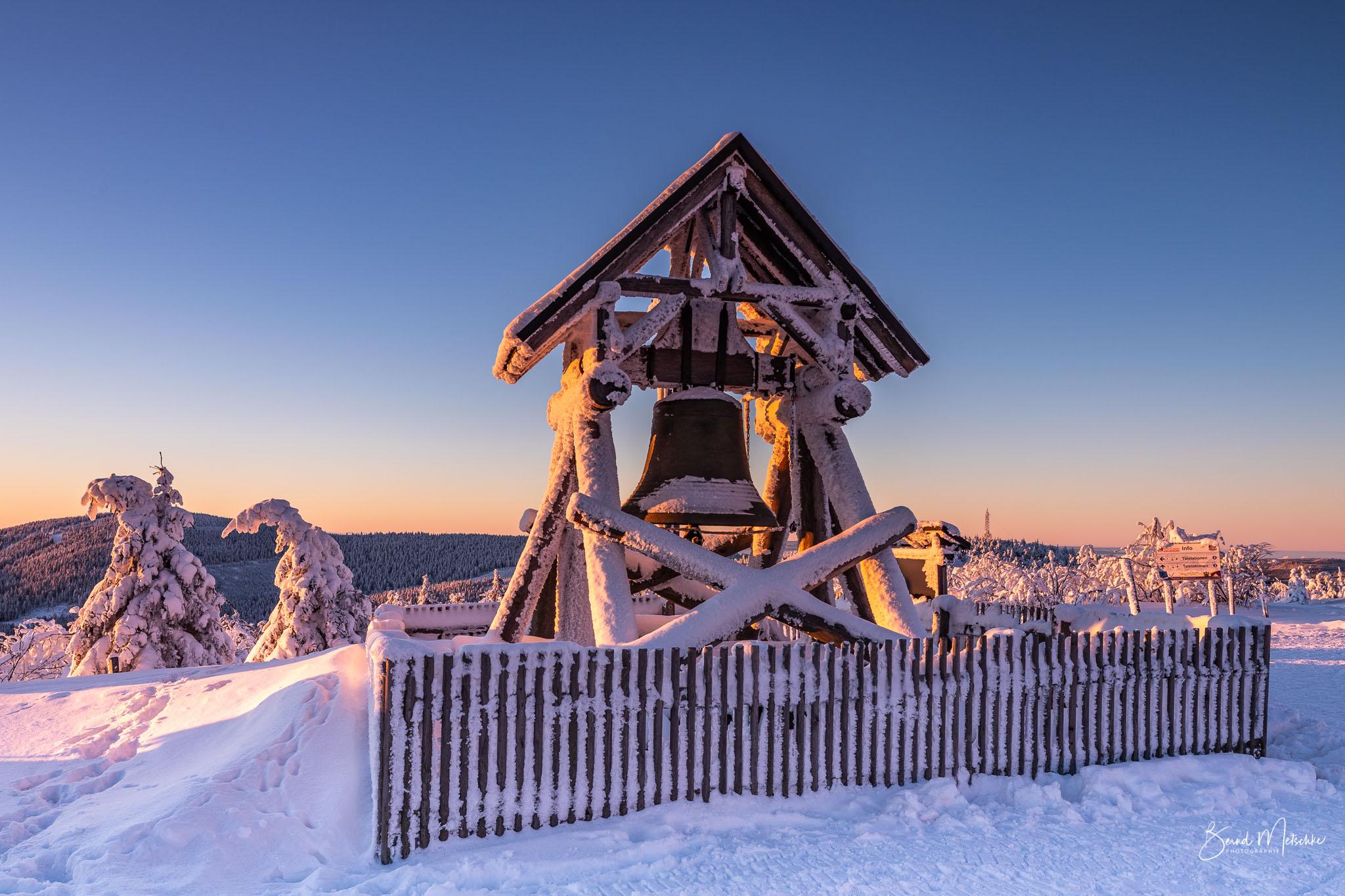 Friedensglocke auf dem Fichtelberg im Winter