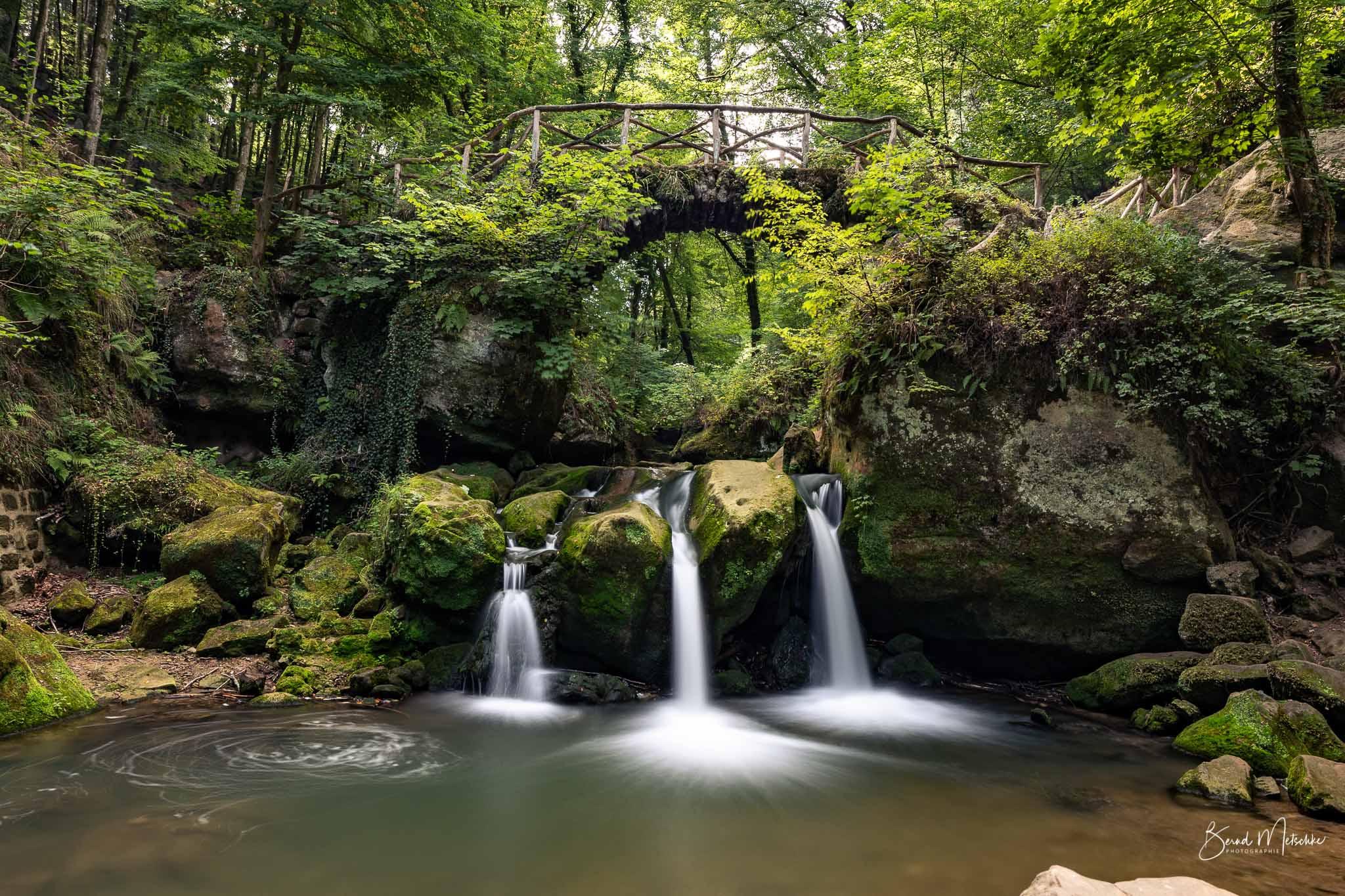 Der Schiessentümpel ist ein malerischer Wasserfall. Das Wasser schießt in drei Strömen über.