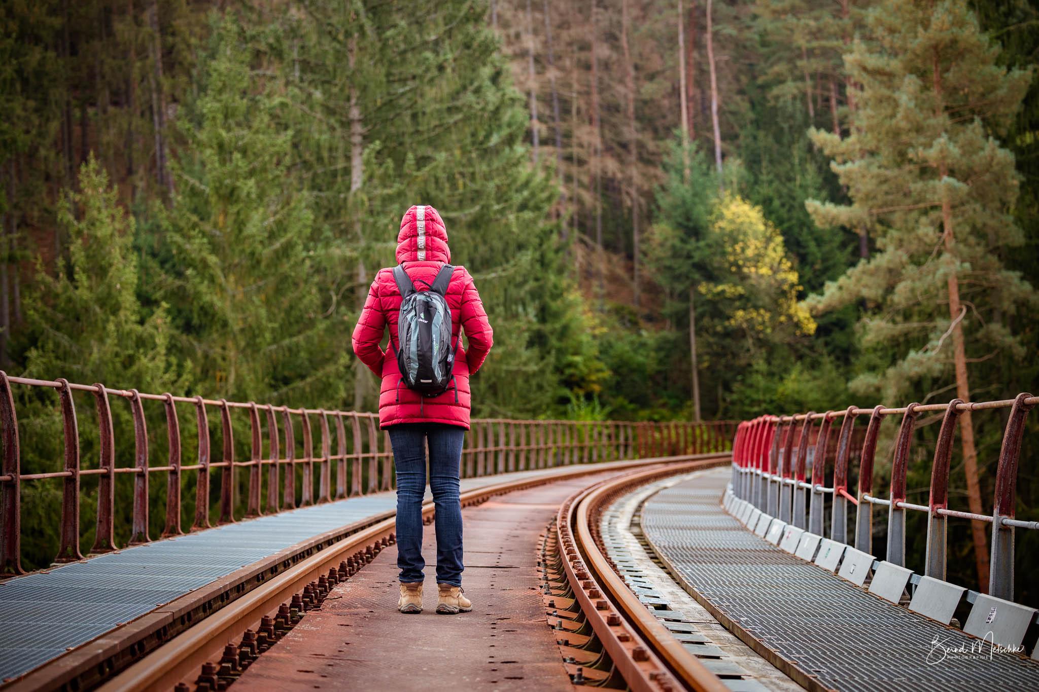 Die spannende Farbkombinationen in der Herbstzeit auf der stillgelegten Eisenbahnstrecke