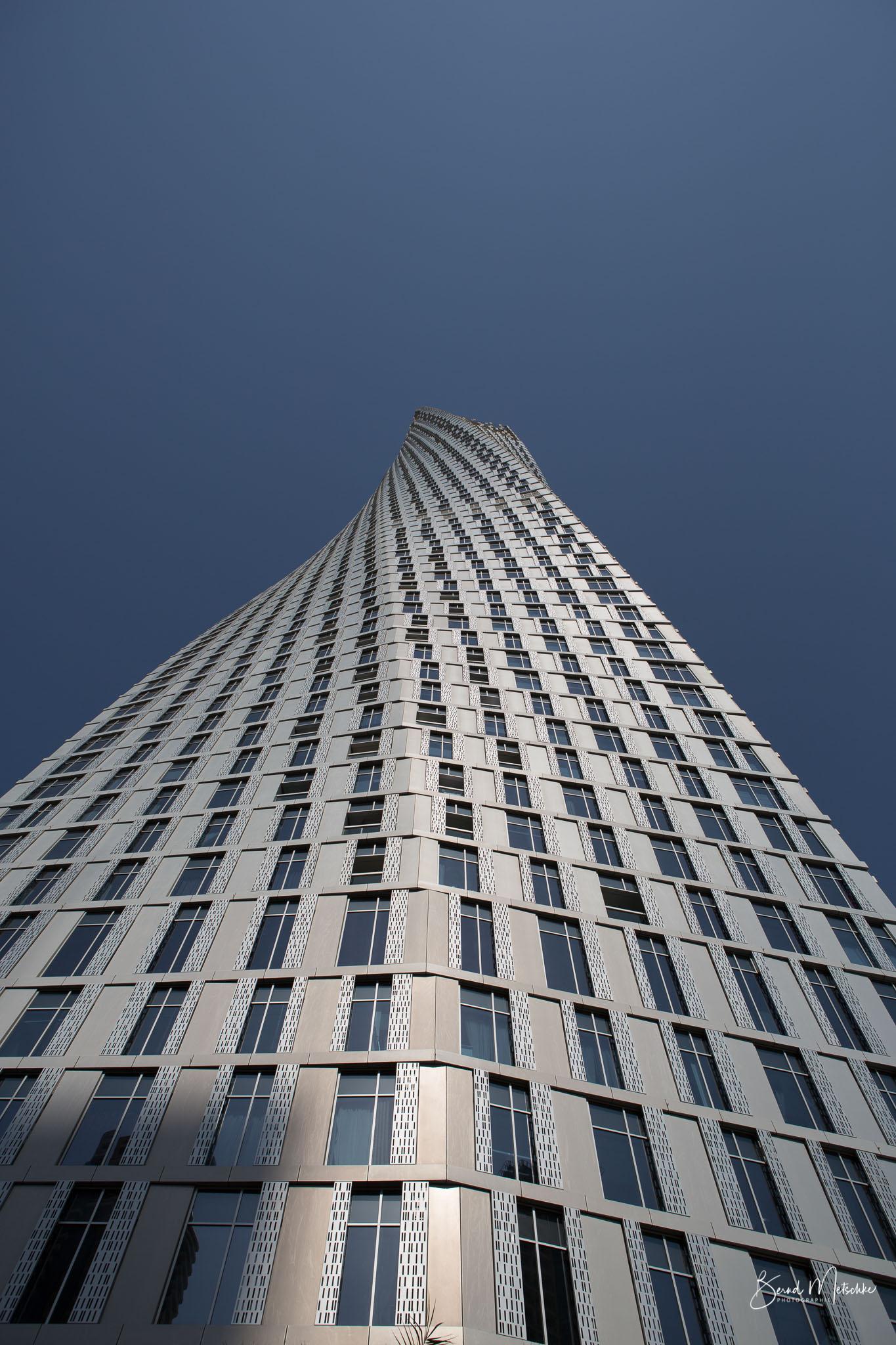 """Dubai steckt voller architektonischer Wunder. Eines davon ist das """"gedrehte Hochhaus"""". Der 75-stöckige Cayan Tower ist das höchste Gebäude der Welt mit einer 90-Grad-Drehung: Jedes der Stockwerke ist gegenüber dem vorherigen um genau 1,2 Grad verdreht, so"""