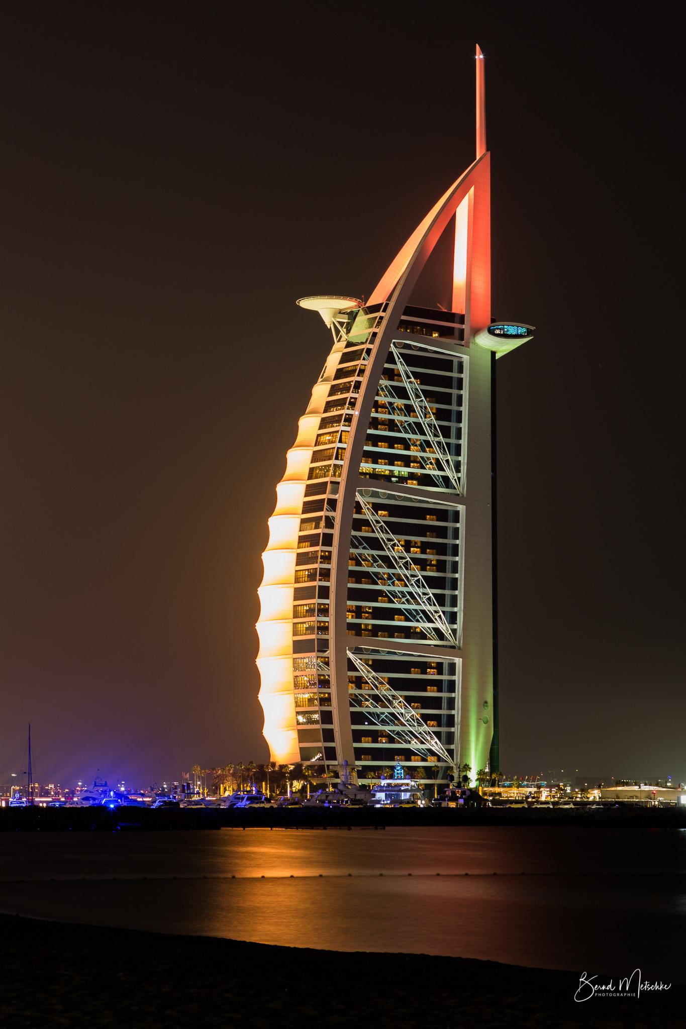 Burj al Arab - Dieses Luxushotel in einem auffälligen segelförmigen Gebäude befindet sich auf einer Insel.