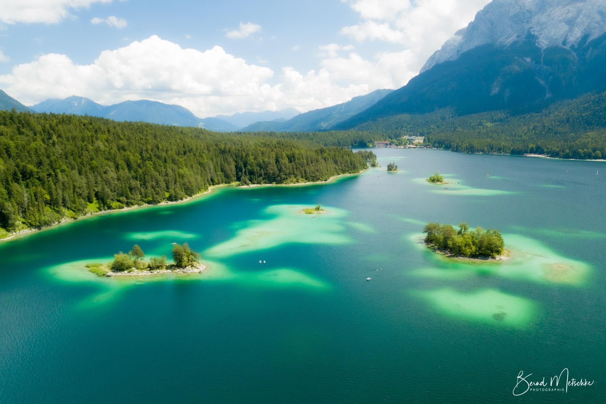 Der Eibsee ist ein wunderschöner, kristallklarer und naturbelassener grün schimmernder Gebirgssee.