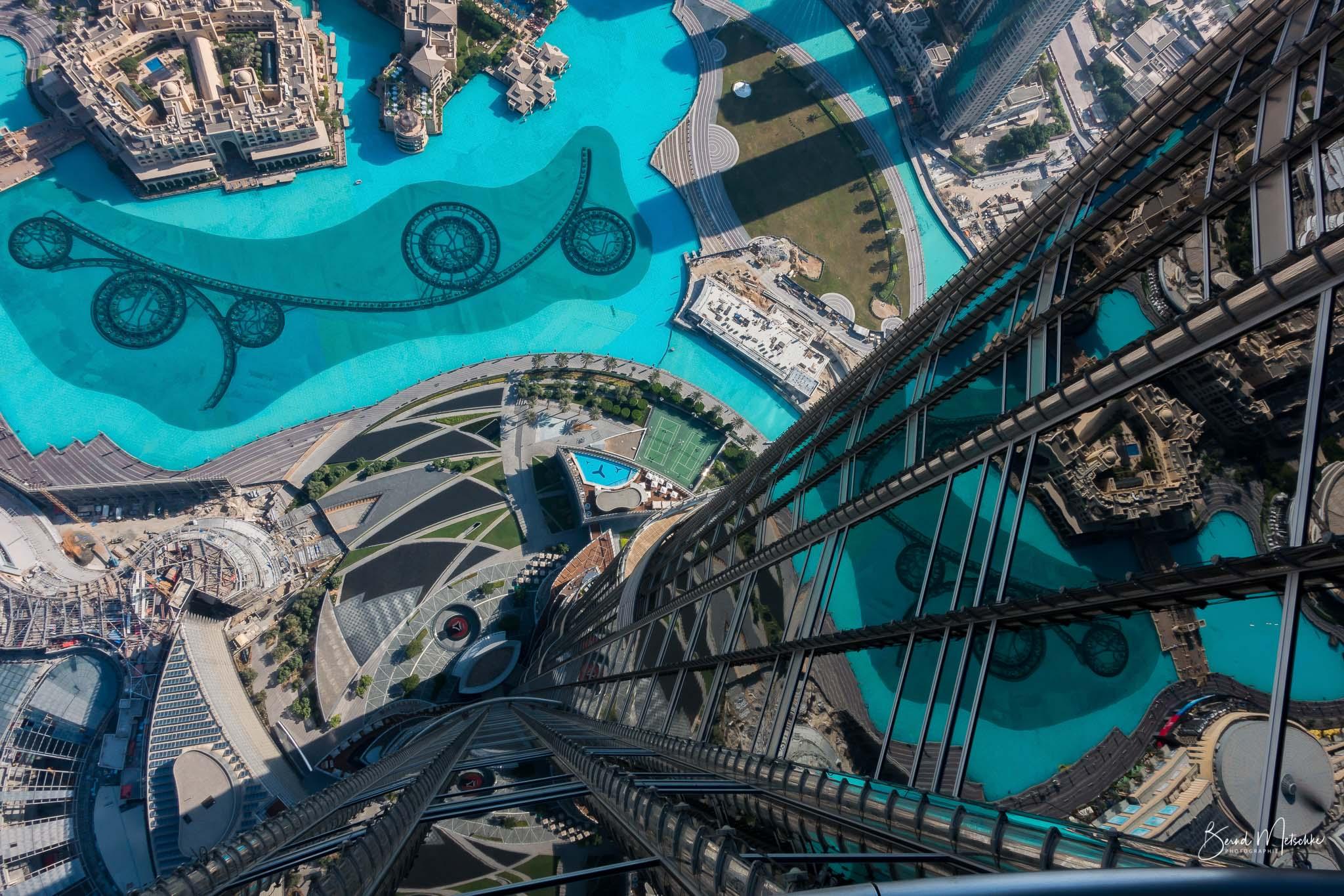 Der Burj Khalifa spiegelt sich in der größten Wasserfontäne der Welt.