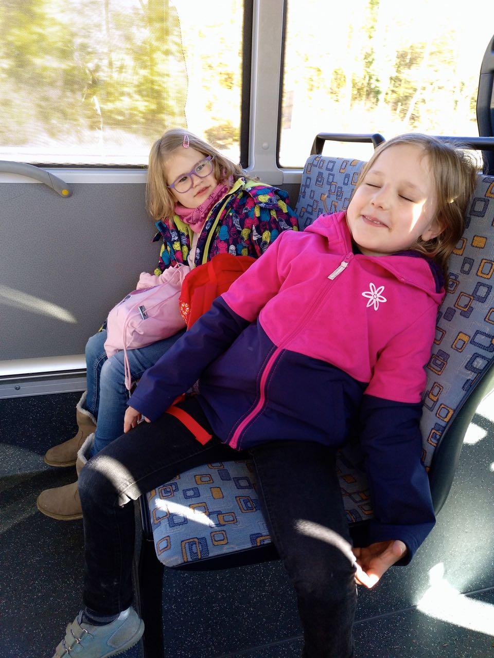 Manche Kinder schlafen im Bus.