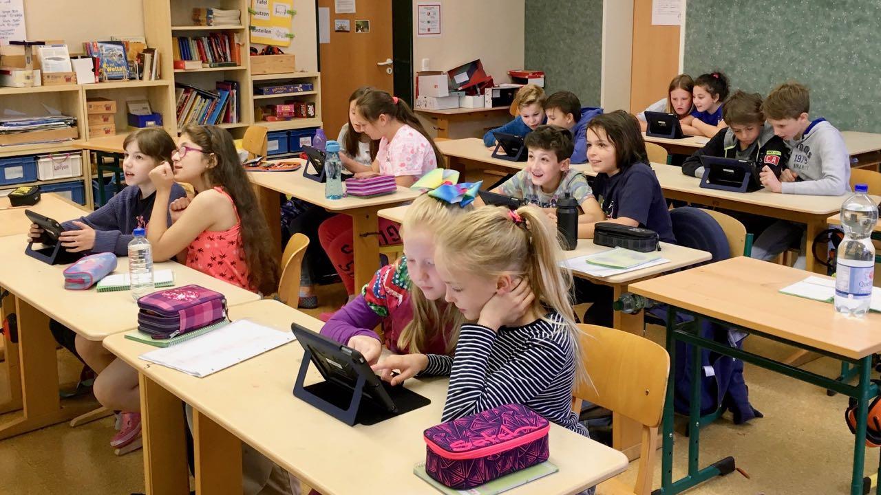 Die Schüler beantworten paarweise Fragen zu einem bestimmten Thema.
