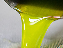 Olio Extra Vergine – Frisches Olivenöl fliesst grün-gelb