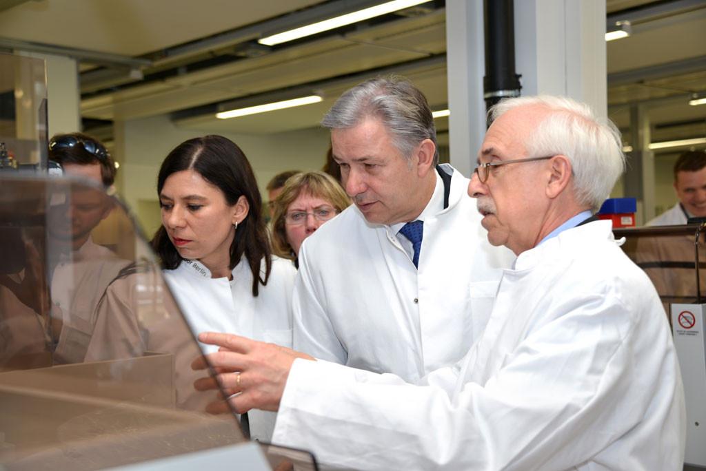 Klaus Wowereit (Mitte), damals Oberbürgermeister von Berlin, bei der Eröffnung von Labor Berlin