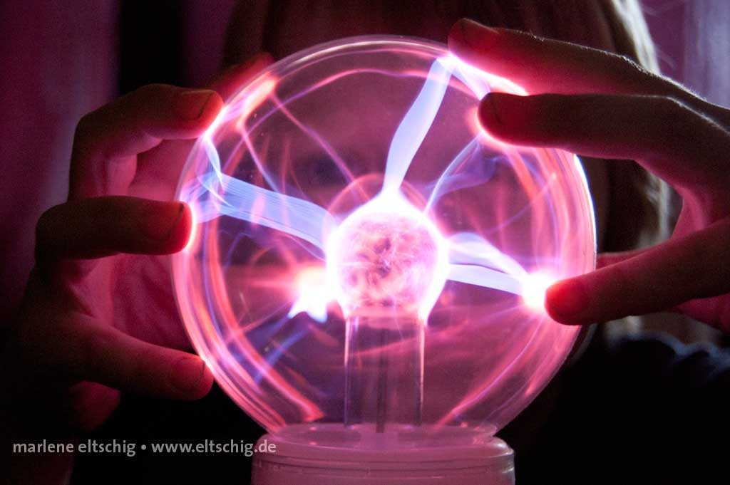 Ben mit Plasmalampe | Ben playing with plasma globe. Germany, 2011