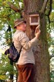Manfred Miethke bei einer Nistkastenkontrolle in den Potsdamer Parks (Foto: W. Ewert)