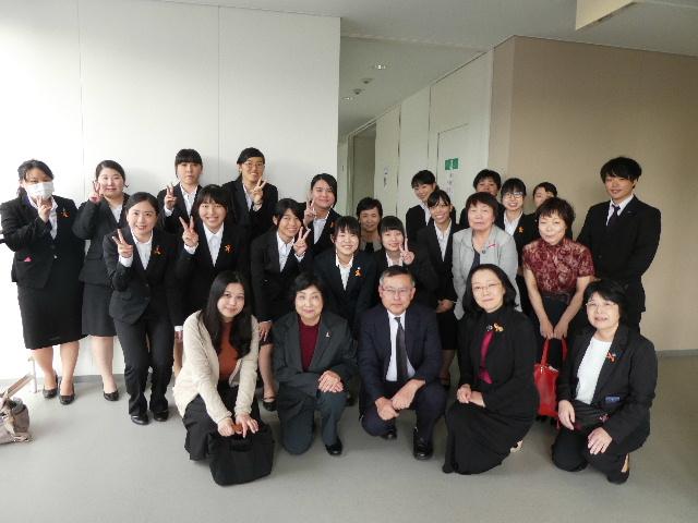 広島文化学園大学の諸先生がたと学生たちと記念撮影