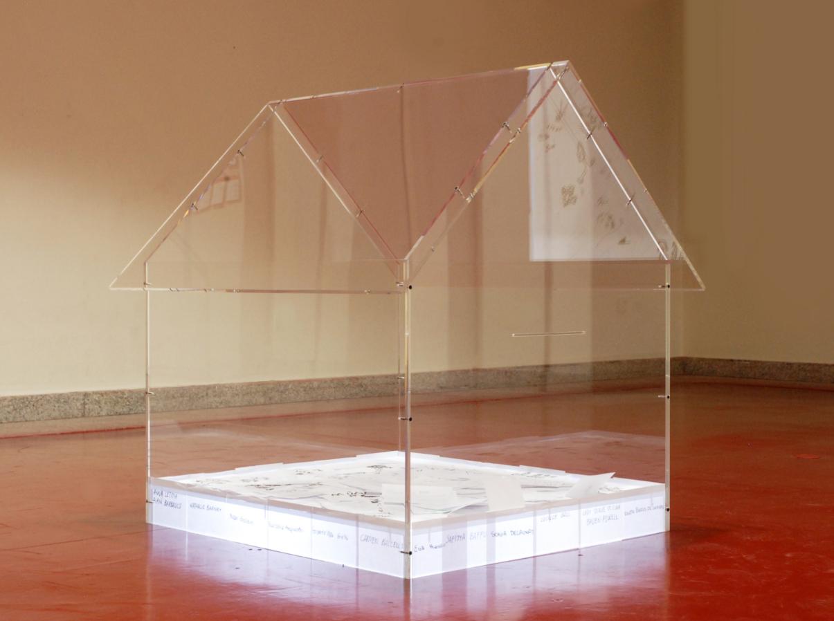 Casita-Buzón para la artista Ana Marcía en una de sus instalaciones.