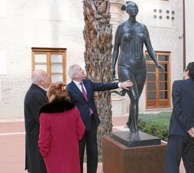 José Carrilero con esta misma escultura, ya en bronce, al aire libre en su emplazamiento.