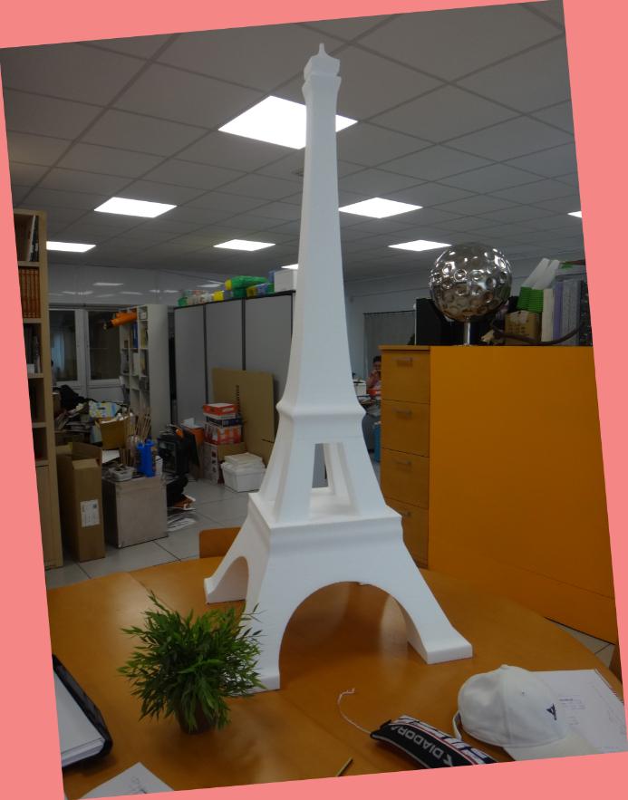 Si te vas a casar la idea de hacer un viajede boda a París y ver la Torre Eiffel ....