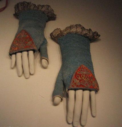 Manos (vestibles) paramostrar coleccion de mitones en el Museo del Traje, Madrid