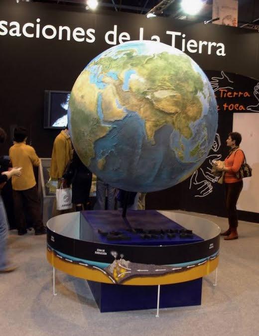 Esfera Terrestre con fondos oceánicos y superficies continentales en relieve topográfico