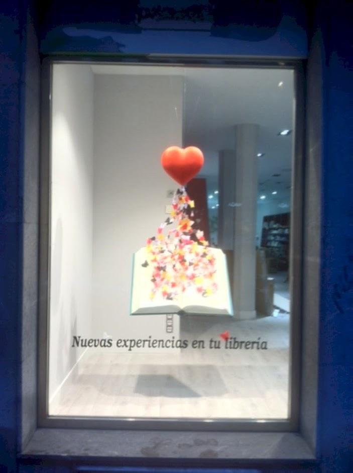 Corazón y libro, muy ligero, supendido con nylon, para la realización de un escaparate, por parte de nuestro cliente.