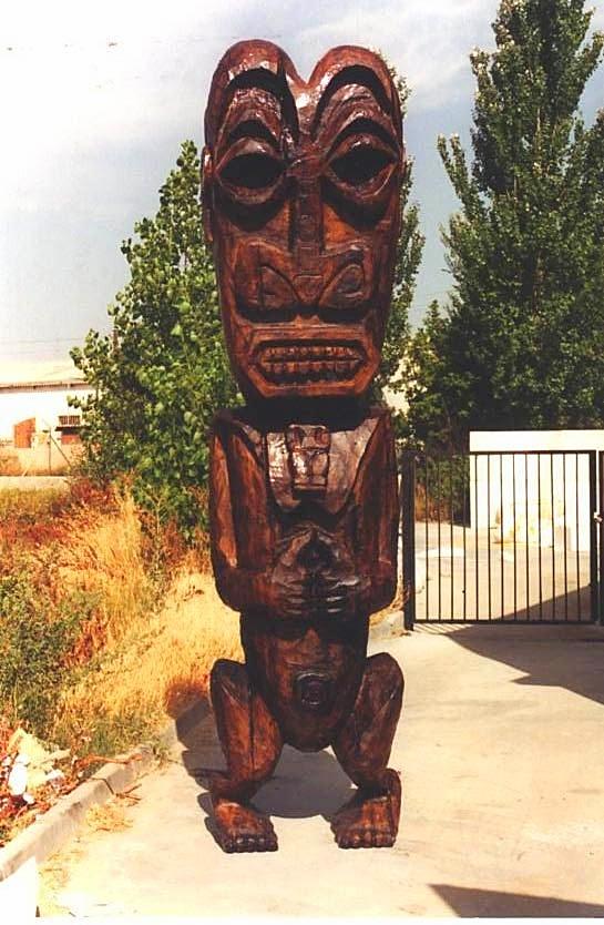 Tótem Polinesio (3 metros) talla en poliespan y acabado realista. Elemento Decoración especial.