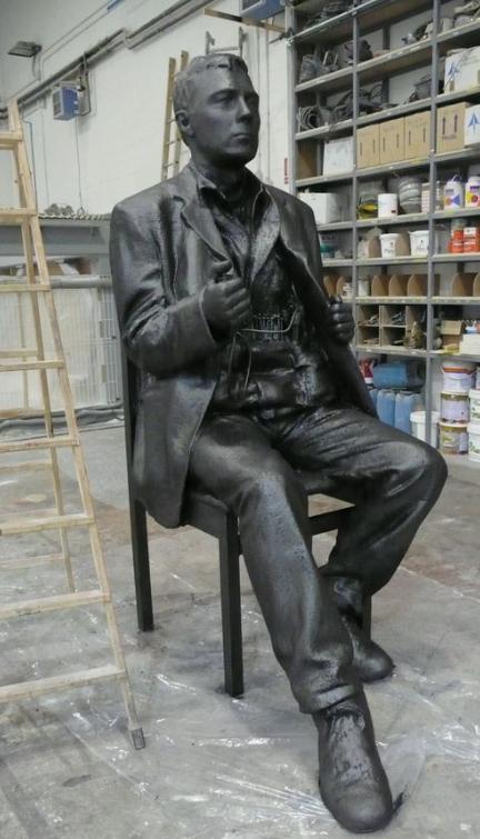 Terrorista con cinturón de explosivos, escultura more than lifesize