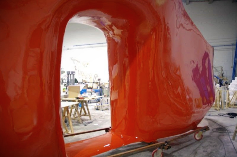 Mueble Especial 18 metros, con estantes para ropa (cara interior) en fibra de vidrio. Mobiliario de boutique de ropa masculina de lujo.
