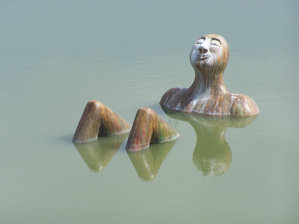 """Escultura Flotante """"El Hombre del Río"""""""
