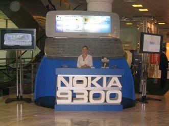 Teléfono móvil gigante Nokia 9300, como reclamo en ferial