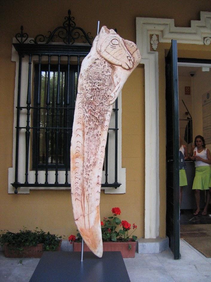 Espátula de la Garma (gigante) como reclamo de la exposición sobre Arte Mueble