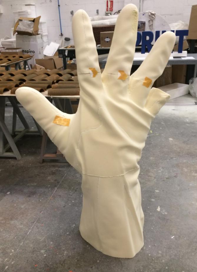 Guante Gigante, escultura, modelo en placa de poliuretano.
