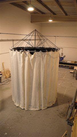 Escenario Circular de Teatro, tarima elevada y telón textil circular sobre estructura desmontable.